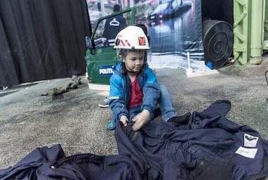 Barn med hjelm