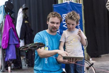 Barn leger med drone